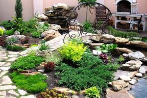 Декоративные элементы сада: цветник, газон и водоем